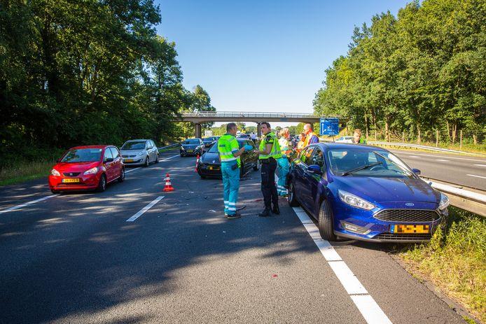 In de staart van de file op de A28 bij Wezep kwamen drie auto's met elkaar in botsing, waardoor opnieuw vertraging ontstond voor het verkeer.
