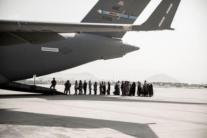 Evacués op het vliegveld van Kaboel.