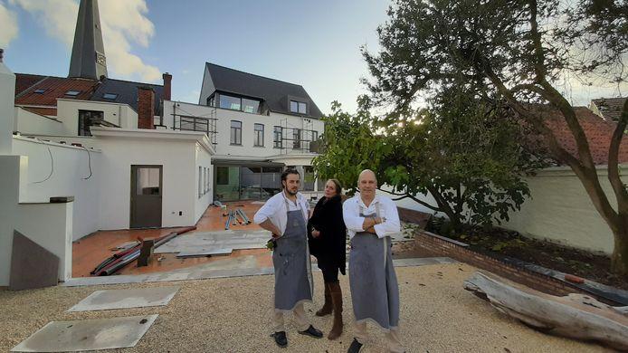 Sylvester Schatteman, Gina Miurin en Kris De Roy op de werf van Le Relais de Bazel, een unieke stek om te dineren, vergaderen in overnachten in stijl.