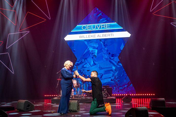 Dinand Woesthoff had maandagavond de eer om de Edison Oeuvreprijs te overhandigen aan Willeke Alberti. De zanger ging tijdens de uitreiking op zijn knieën en maande iedereen in de zaal tot stilte.