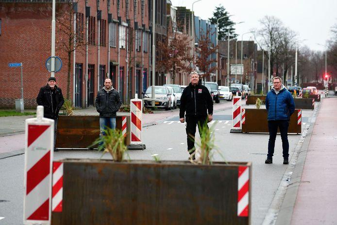 Bewonerscomité bij de zelfgekluste verkeersobstakels aan de Bredaseweg. Links lassers Cees van der Heiden en Jorn van Lissum, daarnaast Tonny Heijnen en Toon van Bekhoven.