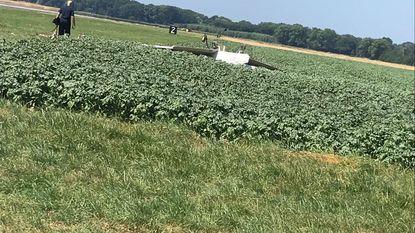 Sportvliegtuigje crasht in aardappelveld bij luchtmachtbasis