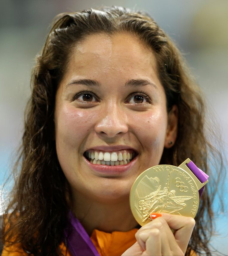 Netherlands' Ranomi Kromowidjojo poses with her gold medal for the women's 100-meter freestyle swimming final at the Aquatics Centre in the Olympic Park during the 2012 Summer Olympics in London, Thursday, Aug. 2, 2012. (AP Photo/Lee Jin-man) Beeld AP