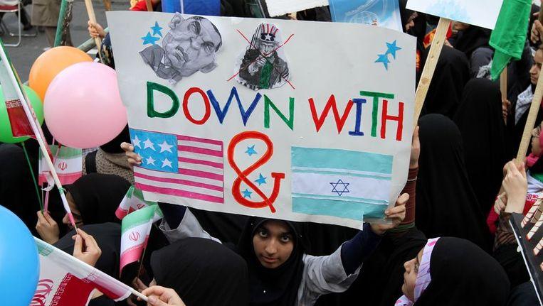 Iraanse vrouwen protesteren tijdens herdenking. Beeld AFP