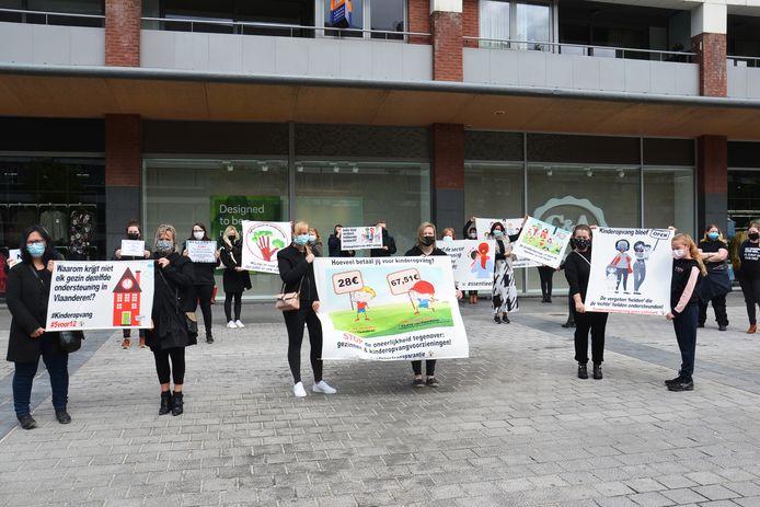 De actie van de kinderopvangsector op het Niniaplein langs de Centrumlaan in Ninove.