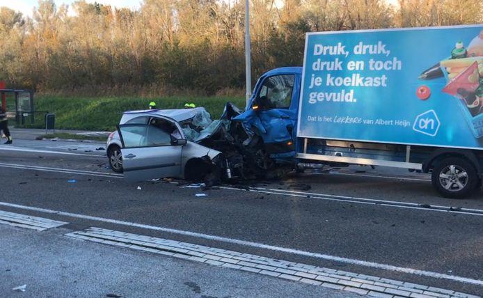 Een vrouw van 34 uit Almere kwam bij het ongeluk om het leven.