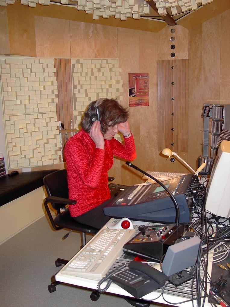 Sabrina in haar muziekstudio. Beeld