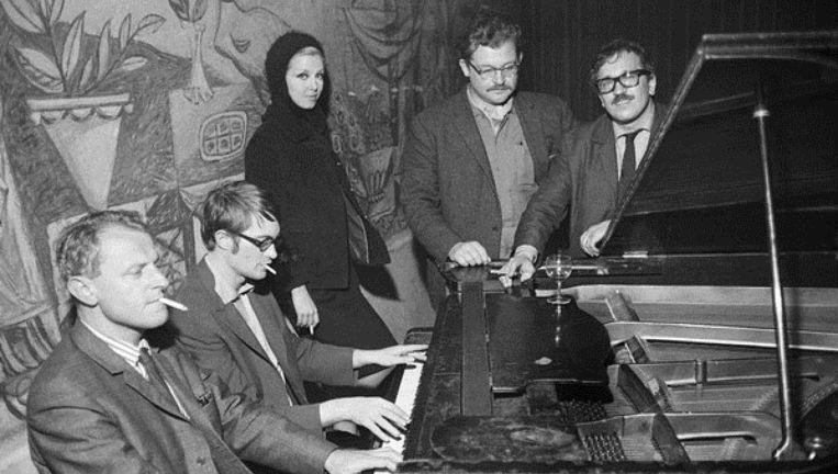 De schrijver W.F. Hermans, uiterst links, speelt piano. Beeld Rechtenvrij