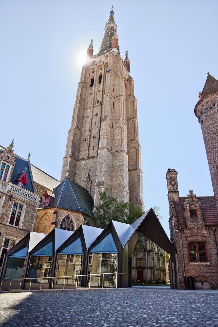 Het pas vernieuwde Gruuthusemuseum, met de Onze-Lieve-Vrouwekerk op de achtergrond. Beeld shanna Delfosse
