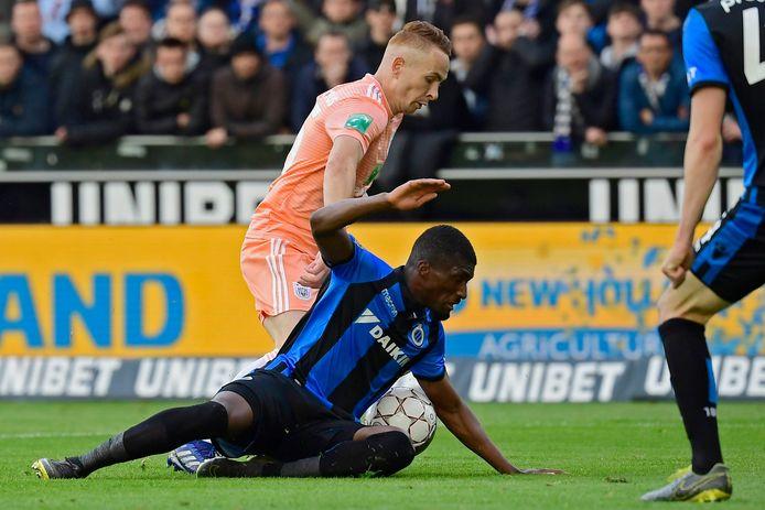 Anderlecht en Trebel claimen penalty nadat Mata de bal tegen de hand krijgt.
