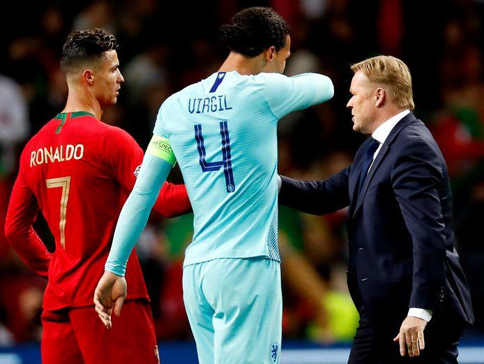 Ronald Koeman feliciteert Cristiano Ronaldo.