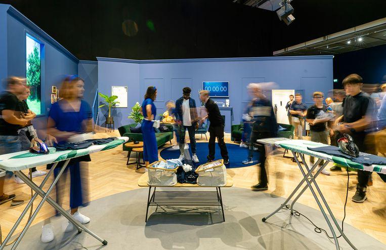Demonstratie van Philips' strijkijzers tijdens de voorbije editie van de Internationale Funkausstellung (IFA) in Berlijn. Philips richt zich meer en meer op gezondheidstechnologie, waardoor sommige van zijn huishoudproducten niet langer een strategische 'match' vormen met de richting van het bedrijf.