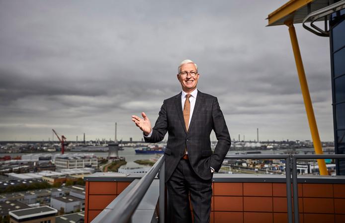Facilicom-topman Geert van de Laar op het dak van het Facilicom-hoofdkantoor in Schiedam.