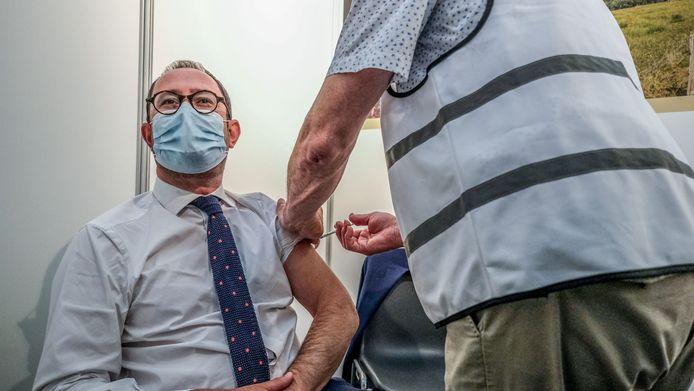 Minister Vincent Van Quickenborne kreeg donderdagavond zijn eerste prik