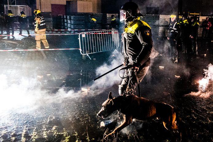 Politieagenten en brandweerlieden oefenen in Alphen aan den Rijn incidenten met vuur en vuurwerk ter voorbereiding op de jaarwisseling.