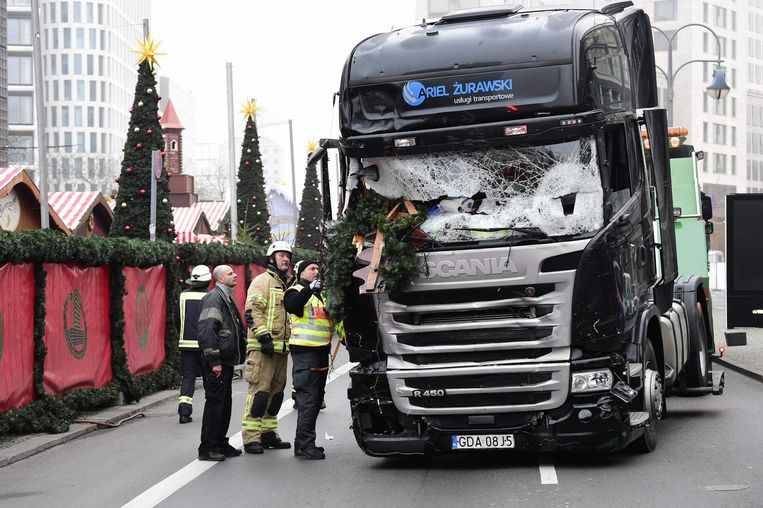 Met een zwarte Scania R 450 reed Amri 50 tot 70 meter door de kerststalletjes Beeld afp