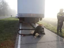 Brommerrijder gewond door botsing met aanhanger van vrachtwagen