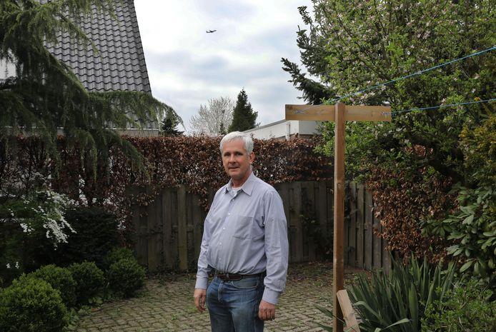 """Willem van den Brink: ,,Vooral op zonnige dagen, als we in de tuin willen zitten,  hebben wij veel overlast van het vlieglawaai."""""""