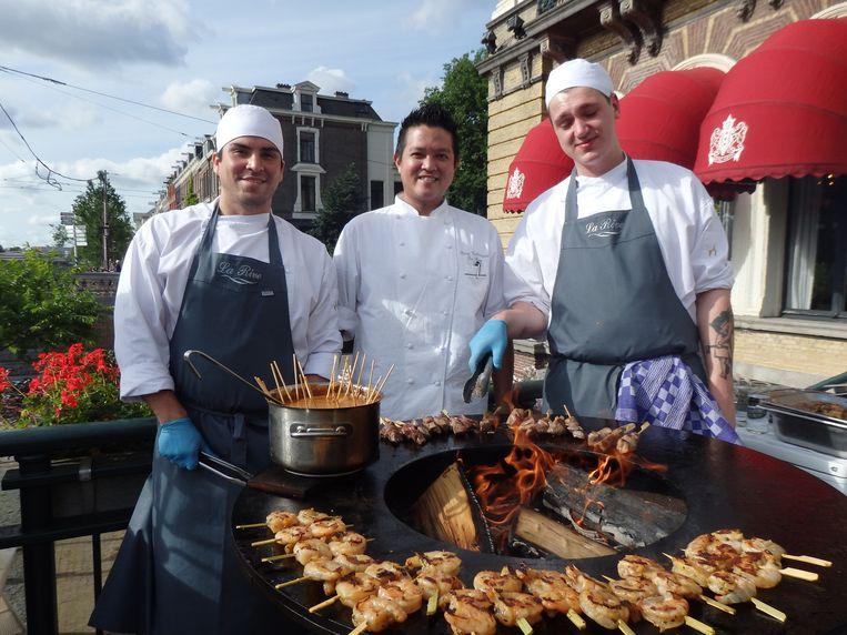 De bazen van de O-Fire: Daniël Alcazal, chef du cuisine Keng Vichianrat en Antoni Boguslawsky (vlnr). Beeld Schuim