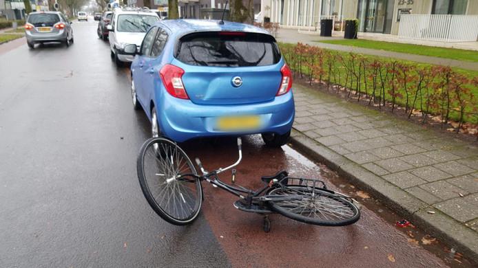 Een fietser reed achterop een geparkeerde auto op de Ludgerstraat in Aalten.