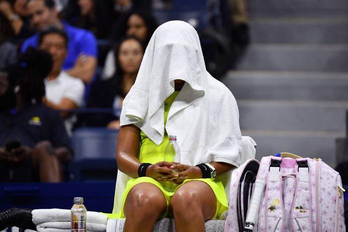 Naomi Osaka stopt zich weg onder haar handdoek in het (verloren) duel met de Canadase Fernandez