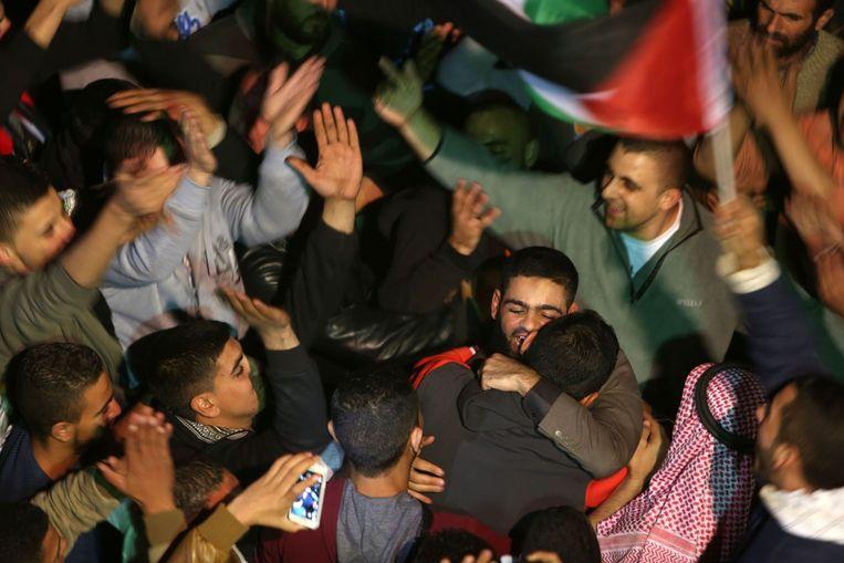 De Palestijnse Mohammed Allan viert dat hij is vrijgelaten door het Israëlische leger. Beeld AFP