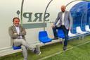 Directeur Günther Peeters (r) in de dug-out met technisch manager Marc Scheepers.