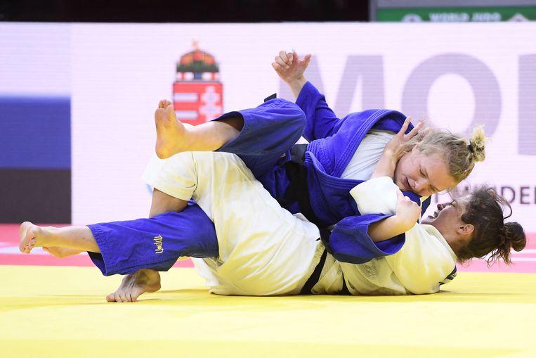 De WK-strijd om een bronzen medaille tussen Sanne van Dijke (blauwe pak) en de Duitse Miriam Butkereit in de klasse tot 70 kg.  Beeld AFP