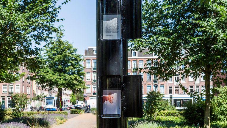 Het gedenkteken is bescheiden van opzet: drie luikjes in een lantaarnpaal Beeld Tammy van Nerum