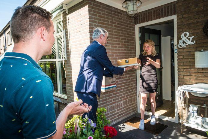 Mirte wordt verrast door demissionair minister Arie Slob, samen met de mentor van Mirte.