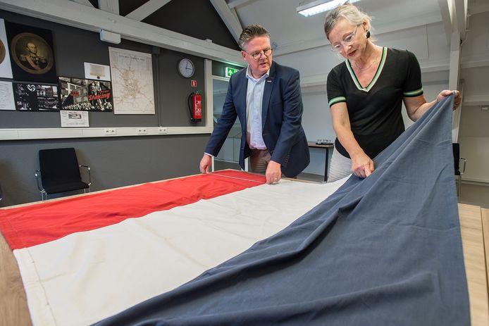 Petra Robben en Leon Timmermans meten en onderzoeken de vlag die Coba Pulskens over de lichamen van door de Duitsers gedode piloten zou hebben laten leggen.