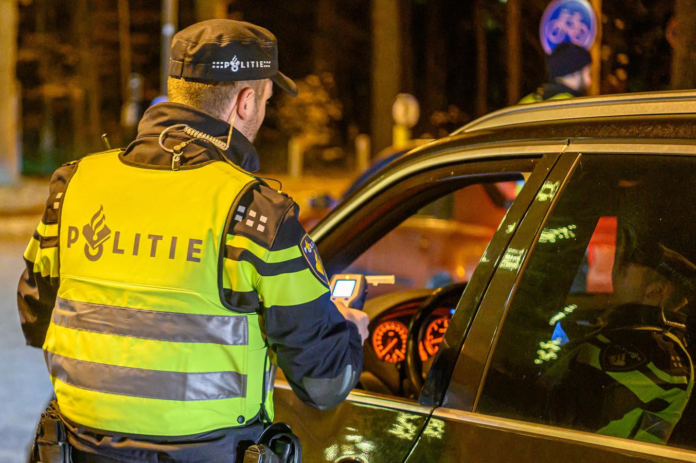De aangehouden man slingerde over de A17 en blies zes keer de toegestane hoeveelheid alcohol.