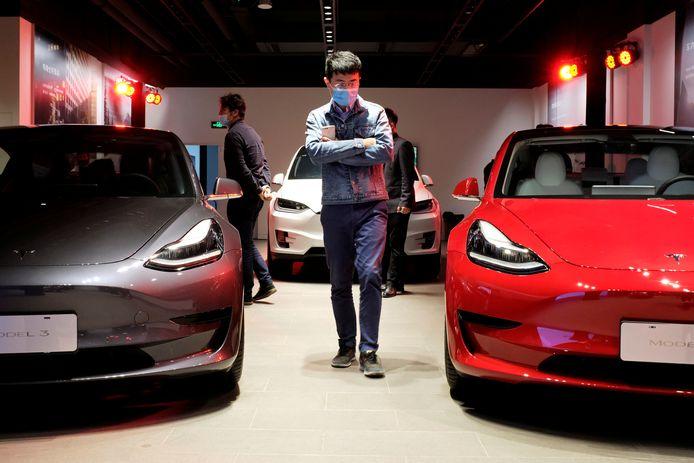 Een showroom van Tesla in Shanghai, waar de autobouwer ook een fabriek heeft.