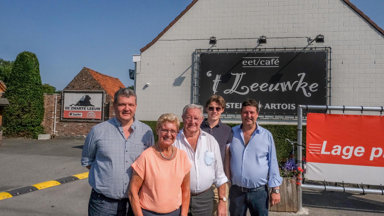 Vier generaties van café 't Leeuwke. Van links naar rechts: Wim Depoortere, Rosanne Gheeraert (73), Marnik Depoortere, Arthur Depoortere en Kurt Depoortere.