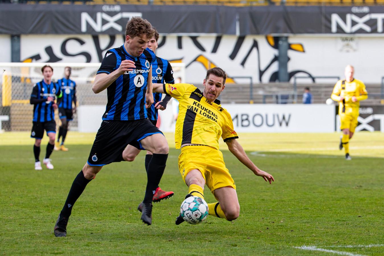 Lierseverdediger Jef Van der Veken zet een tackle in op Bruggeling Arne Engels.