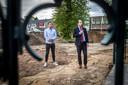 Wethouder Bart Claassen (rechts) en Dennis Kerkhof van De Stem van Bakel geven de aftrap voor de renovatie van het Wilbertsplein in Bakel.