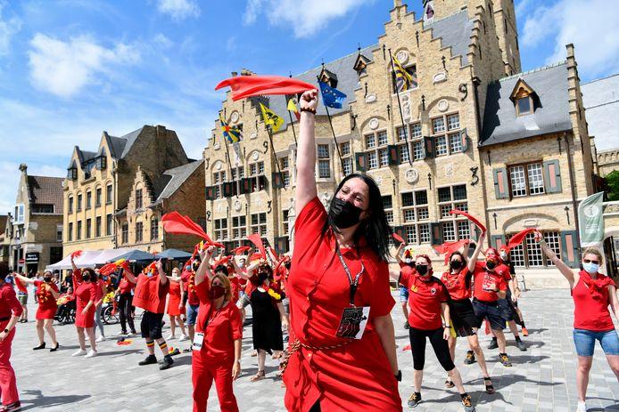 Met vlaggengezwaai op de Grote Markt sloot Diksmuide met succes zijn Duivelse uitdaging af.