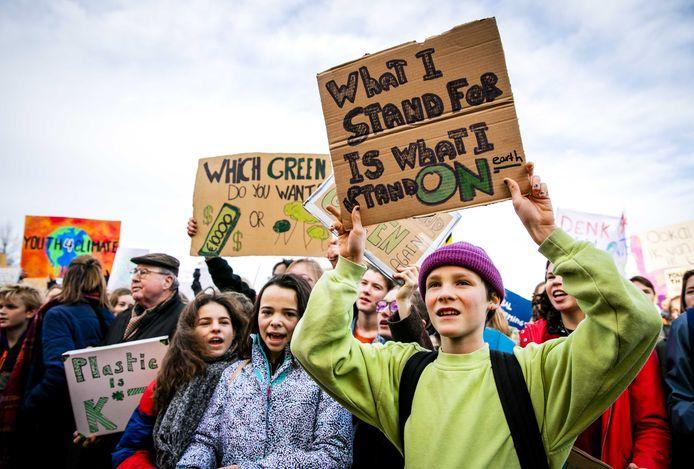 Jongeren spijbelden om actie te voeren tegen klimaatverandering. In België gingen de afgelopen tijd tienduizenden scholieren de straat op voor een reeks klimaatmarsen. Ze eisen dat hun regering meer actie onderneemt om klimaatverandering tegen te gaan.