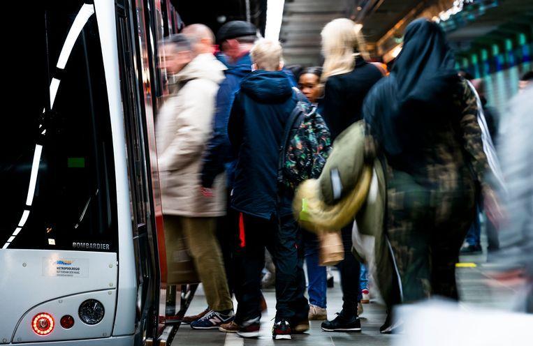 Drukte tijdens de spits op metrostation Beurs in Rotterdam.  Beeld Freek van den Bergh / de Volkskrant