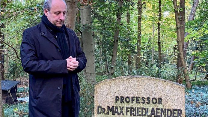 Bisschop Christian Stäblein bij het graf van de joodse Max Friedländer.