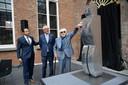 Hoteleigenaar Marc Alofs, WM Gallery-uitbater Patrick Declerck en kunstenaar Paul Van Hoeydonck voor zijn plexi-sculptuur 'Man In Space'.