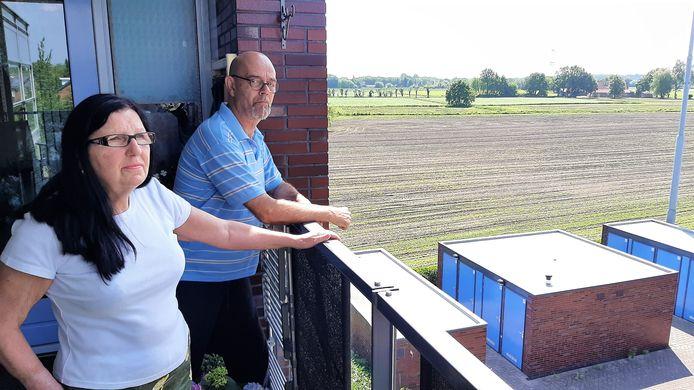 John Roza en Joke Maas blijven bij hun verhaal dat er wordt gejaagd op de naastgelegen landbouwpercelen.