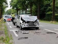 Auto met aanhanger knalt op voorligger in Haps: bestuurder gewond naar ziekenhuis