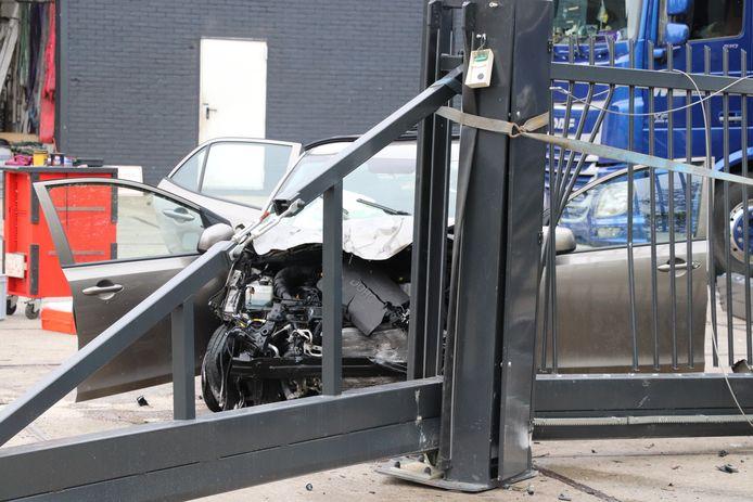 De auto reed tegen een hek.