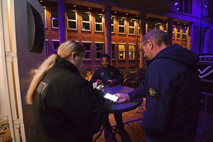 De QR-code van een horecabezoeker wordt gescand door beveiligingsmedewerker Dominique Krommendijk.