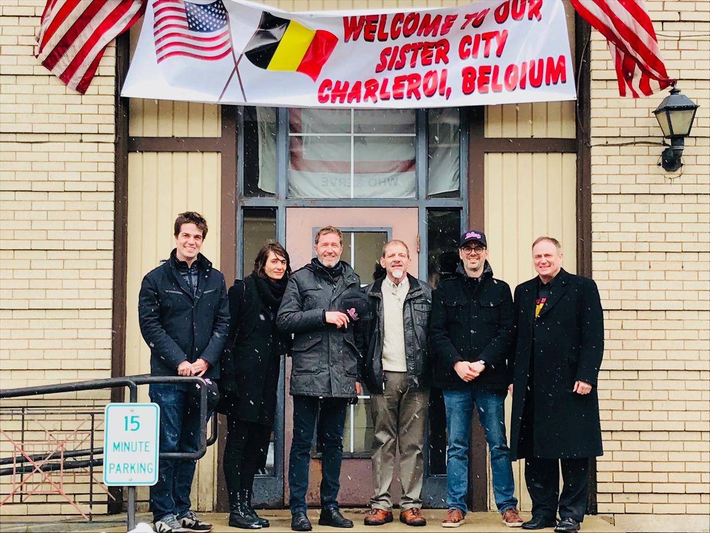 Paul Magnette, zijn first lady en hun reisgezellen worden warm verwelkomd in dat andere Charleroi. Van corona was toen nog geen sprake. Beeld Wilfried Magazine