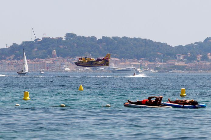 Un aereo antincendio pieno di acqua di mare a Saint-Tropez.