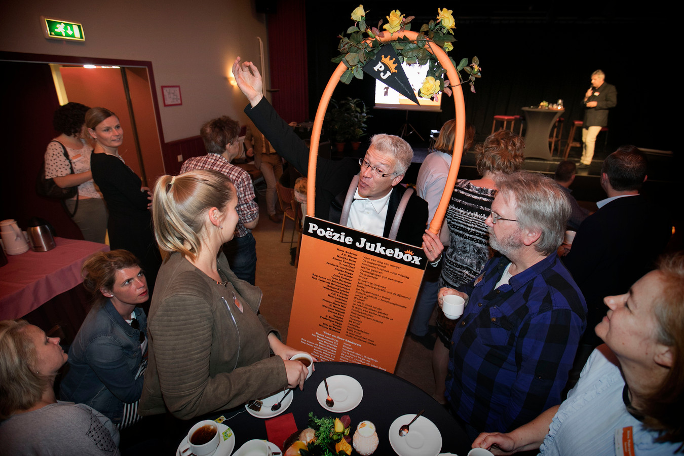 Rob Janssen vrolijkte met zijn 'Poëzie Jukebox' de opening van het Taalhuis in Laarbeek op.
