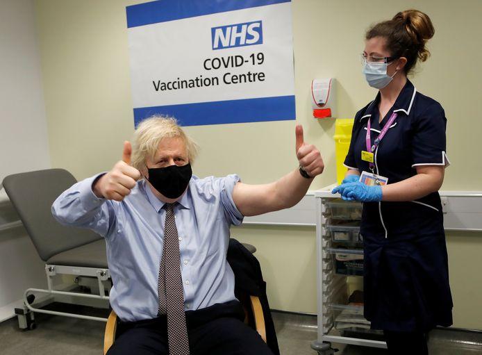 De Britse premier Boris Johnson bij zijn vaccinatie met AstraZeneca, midden maart.