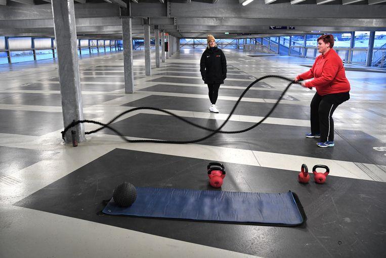 Een sportschoolhouder heeft toestemming gekregen om in een parkeergarage zijn klanten te trainen. Beeld Marcel van den Bergh / de Volkskrant